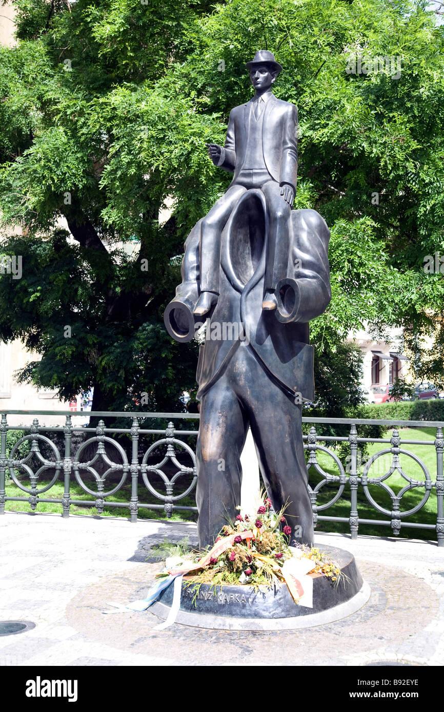 Franz Kafka monumento accanto alla Sinagoga Spagnola nel quartiere ebraico di Praga Repubblica Ceca Immagini Stock