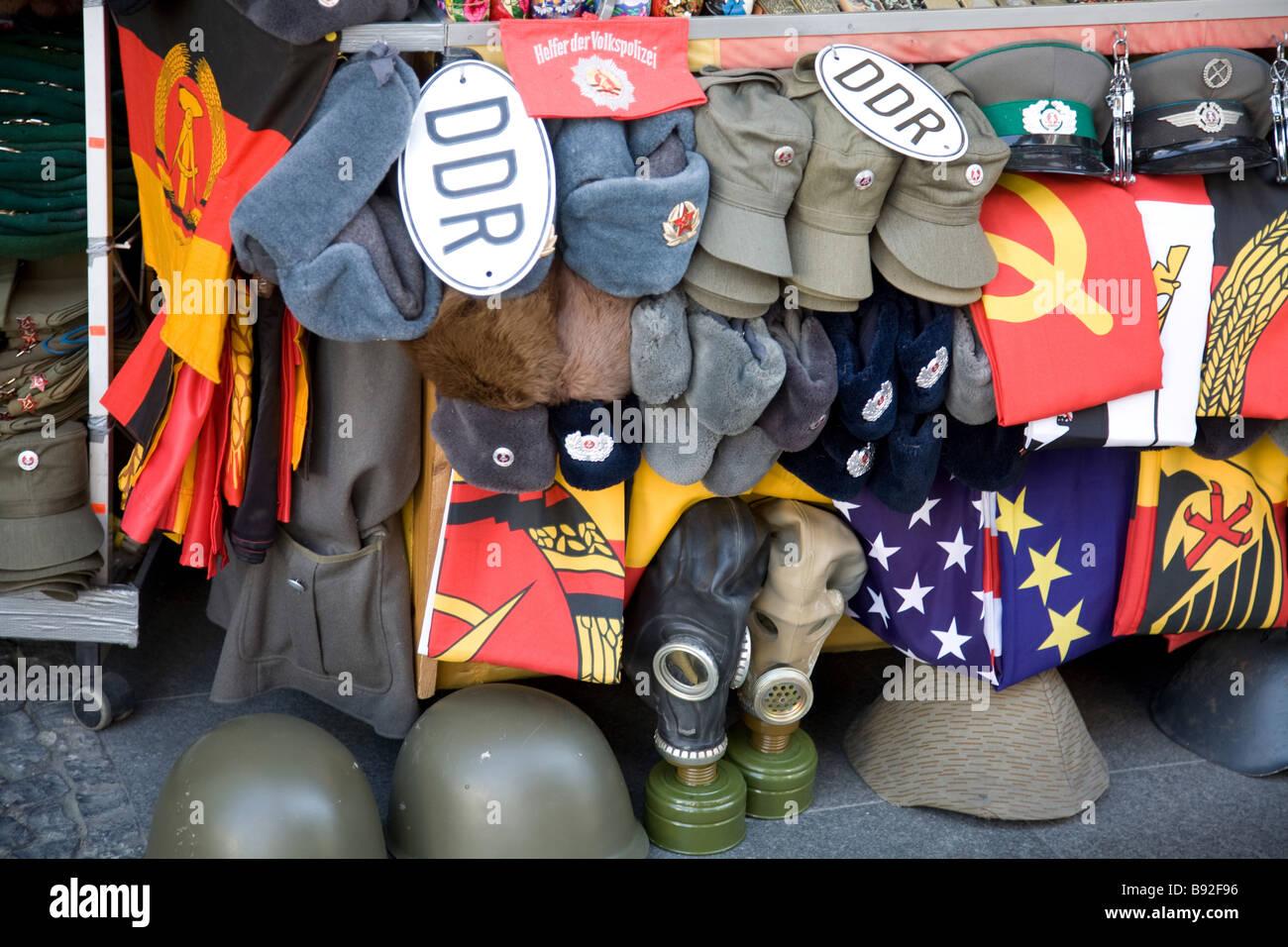 Guerra fredda memorabilia è popolare con i turisti a Berlino Germania Immagini Stock