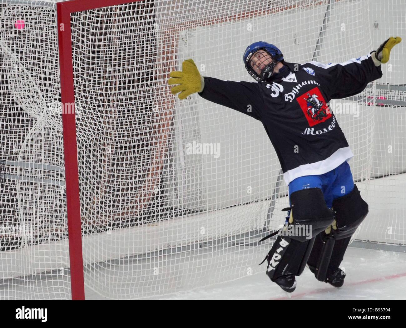 La palla colpisce Dinamo s goal nella partita decisiva nel Krylatskoye Stadium Edsbyn tra la Svezia e la dinamo Immagini Stock