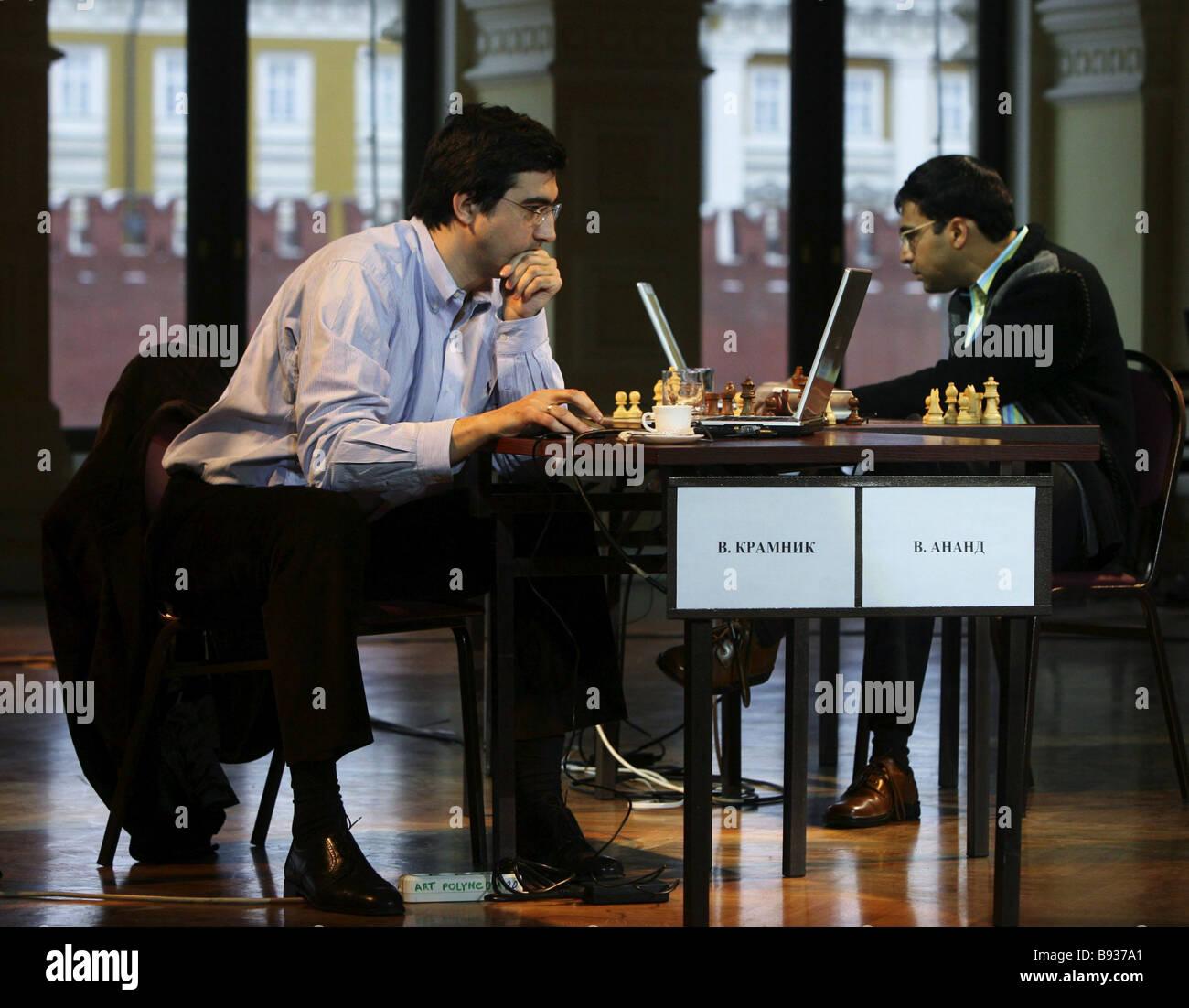 Unico a due gioco cyborg avanzata partita a scacchi tra il campione worlkd Viswanathan Anand India destra e mondo Immagini Stock