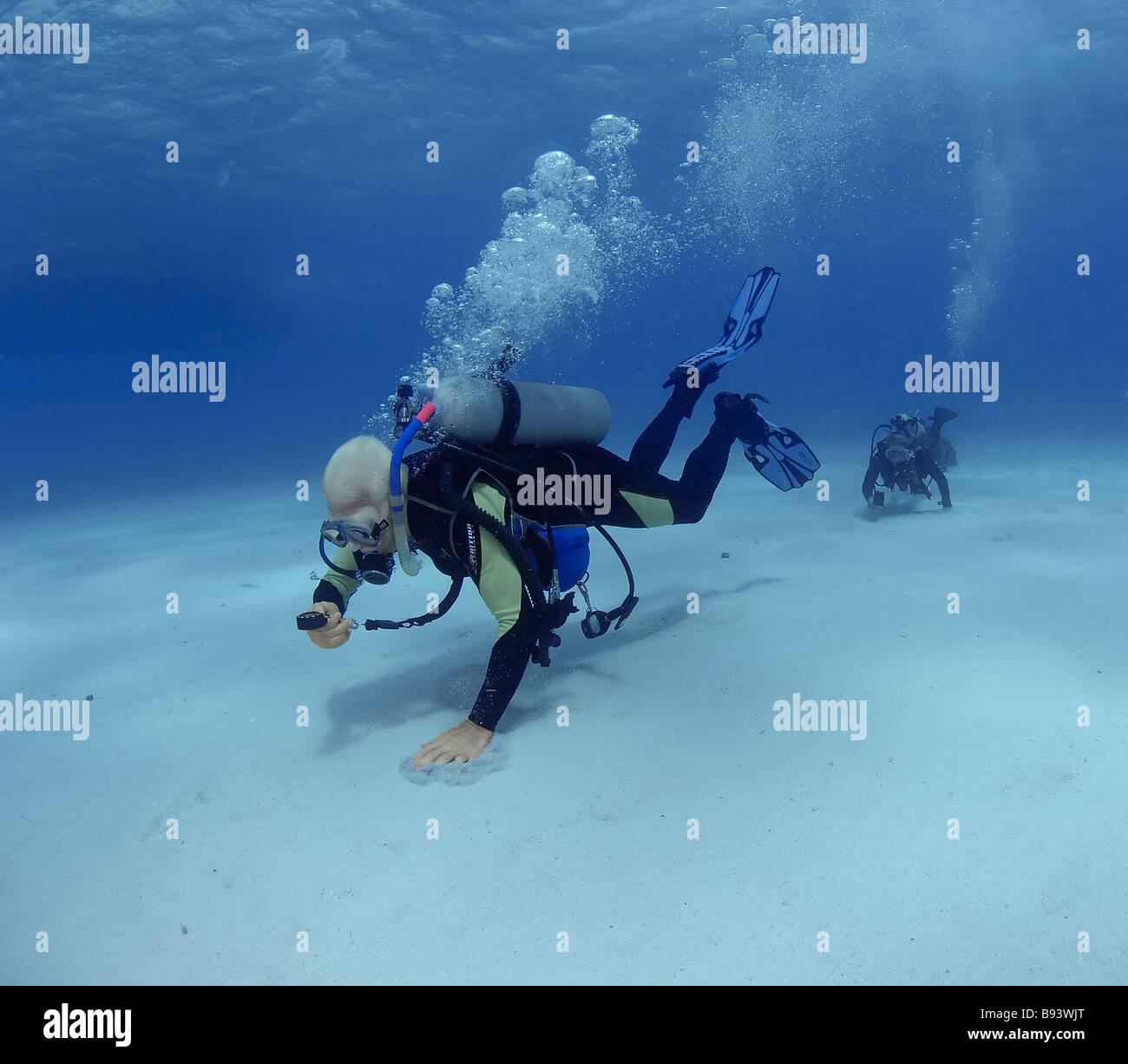 Scuba Diver utilizza Compass nel corso avanzato corso subacqueo il mare dei Caraibi Bahamas Immagini Stock