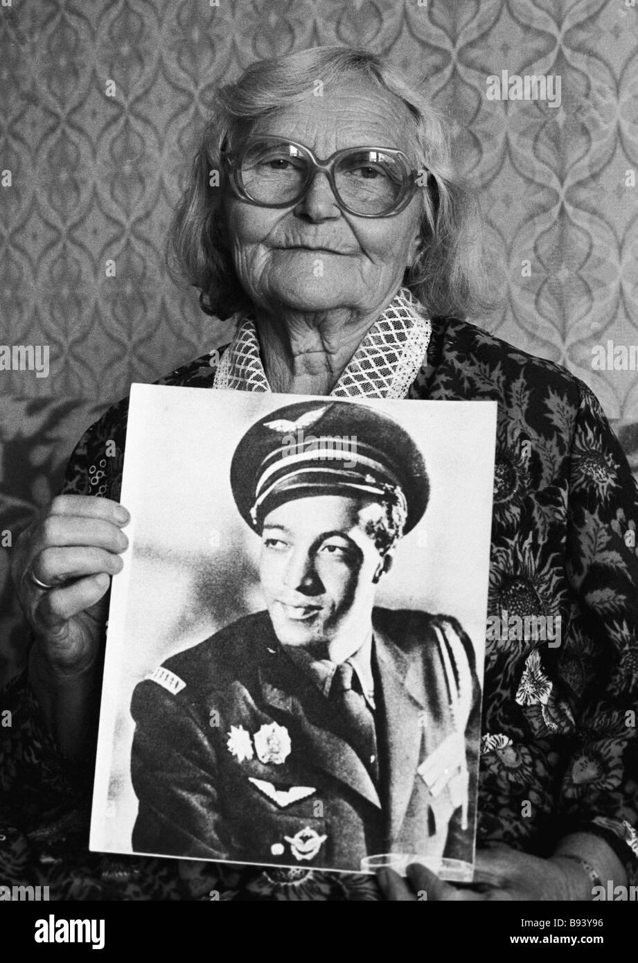 La storia di amore del pilota francese Roger Sauvage dal Normandie Niemen reggimento di aviazione e ragazza lituana Immagini Stock