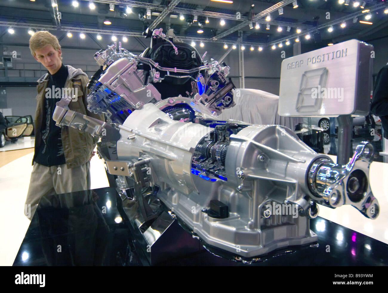 Un modello di un motore ibrido mostrato da Lexus alla XV Fiera Internazionale di automobili di servizio apparecchiature Immagini Stock