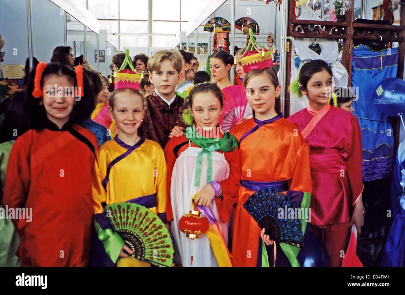 Gli studenti della scuola di Mosca n. 1948 con funzionalità avanzate di lingua cinese studi etnici che indossano Immagini Stock