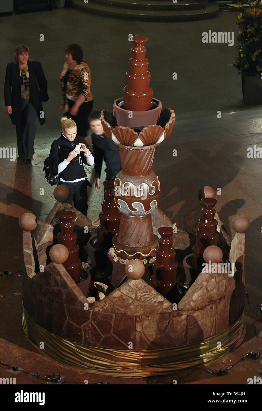 Un enorme fontana di solido e cioccolato liquido pesa più di 3 tonnellate ed è alto 3 metri e 2 metri Immagini Stock
