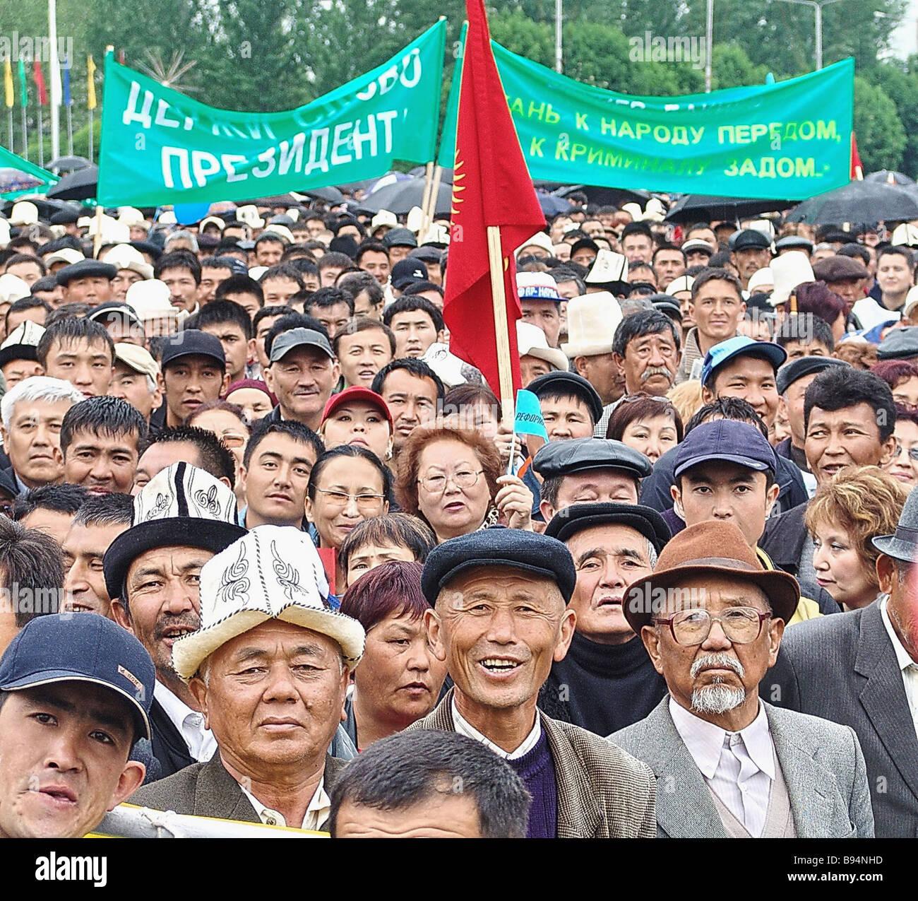 Un'opposizione l'azione di protesta continua in Ala troppo la piazza centrale di Bishkek capitale del Kirghizistan Immagini Stock