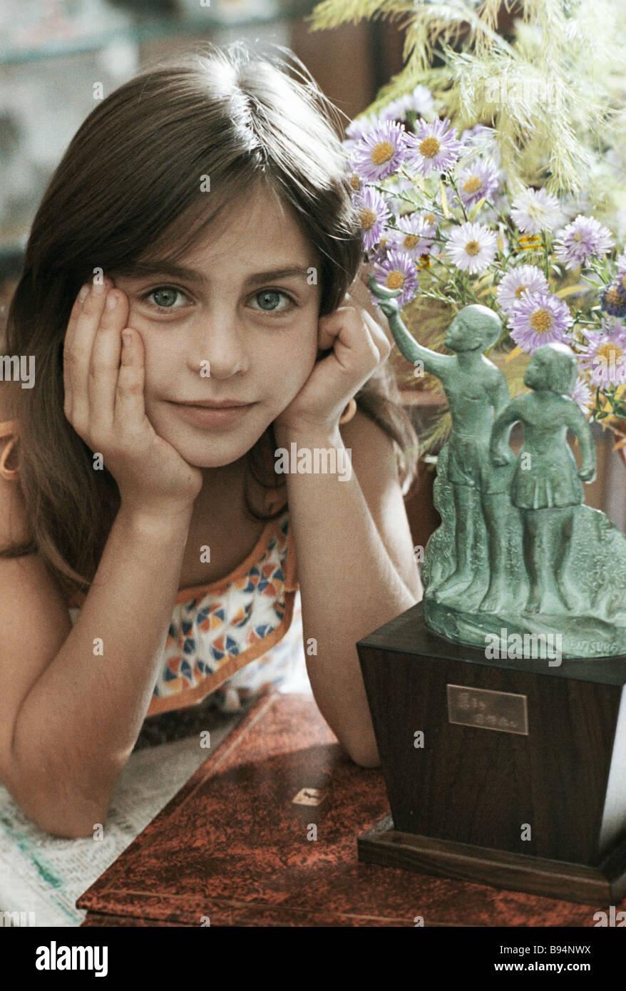 Una scolaretta Obraztsova Lena vincitore del grand prix della internazionale dei bambini s Art Contest di Yokohama Immagini Stock