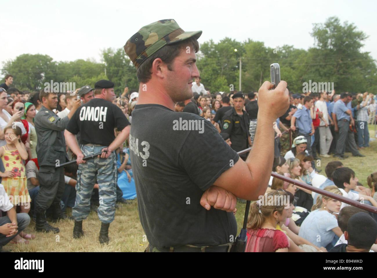 Quasi 10 000 persone erano presenti presso la scuola repubblicana lasciato party in Gudermes Immagini Stock
