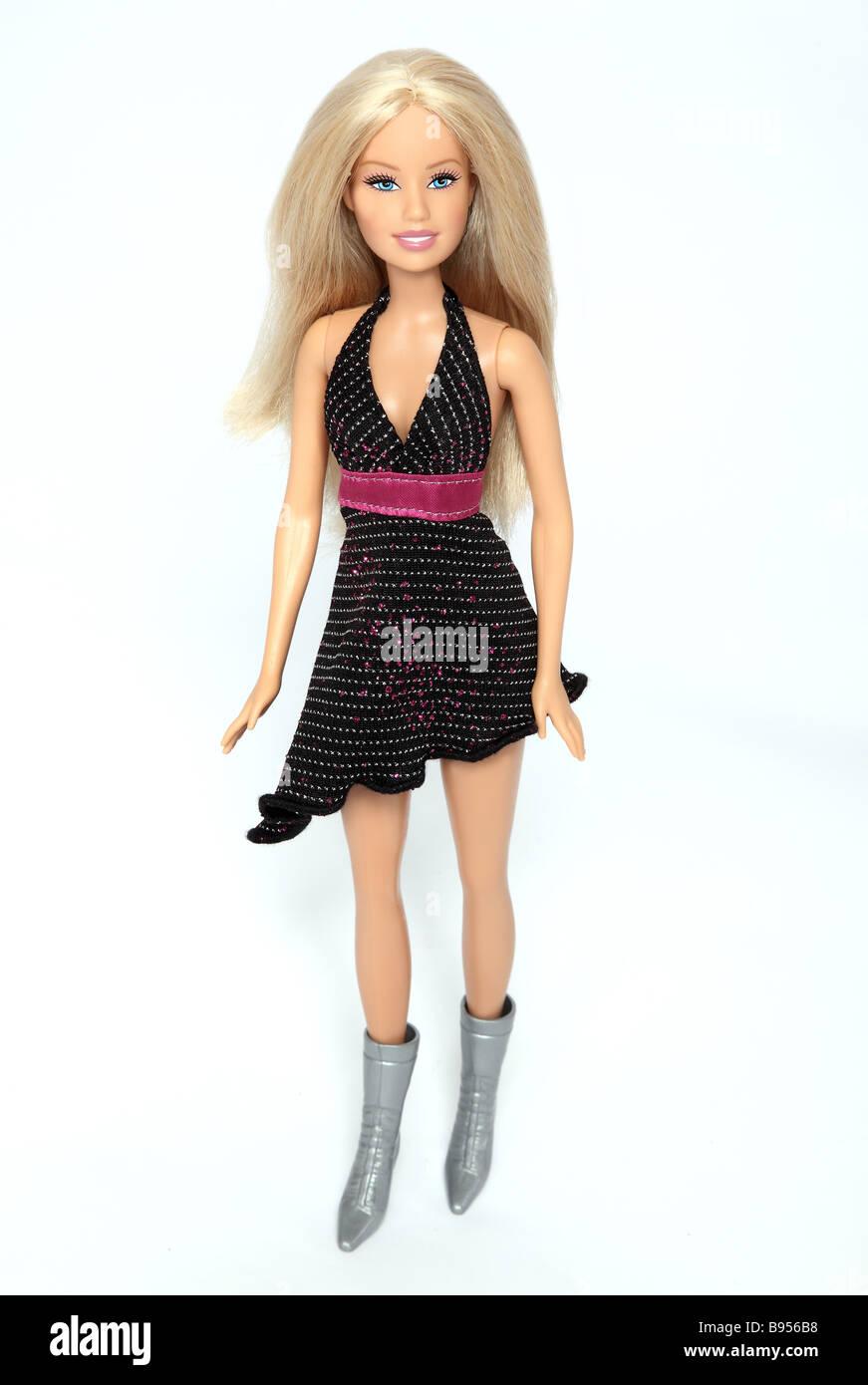 Barbie bambola indossa un nero mini abito. Immagini Stock