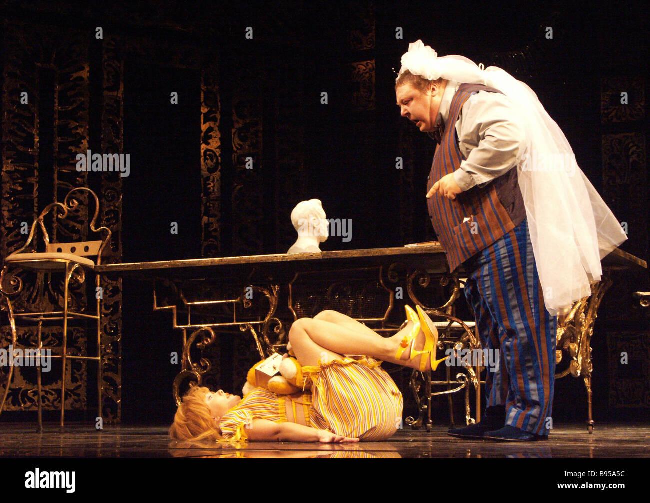 Una scena da tartufo giocato da Alexander Semchev e Daria Moroz il gioco è messo in scena da Nina Chusova al Immagini Stock