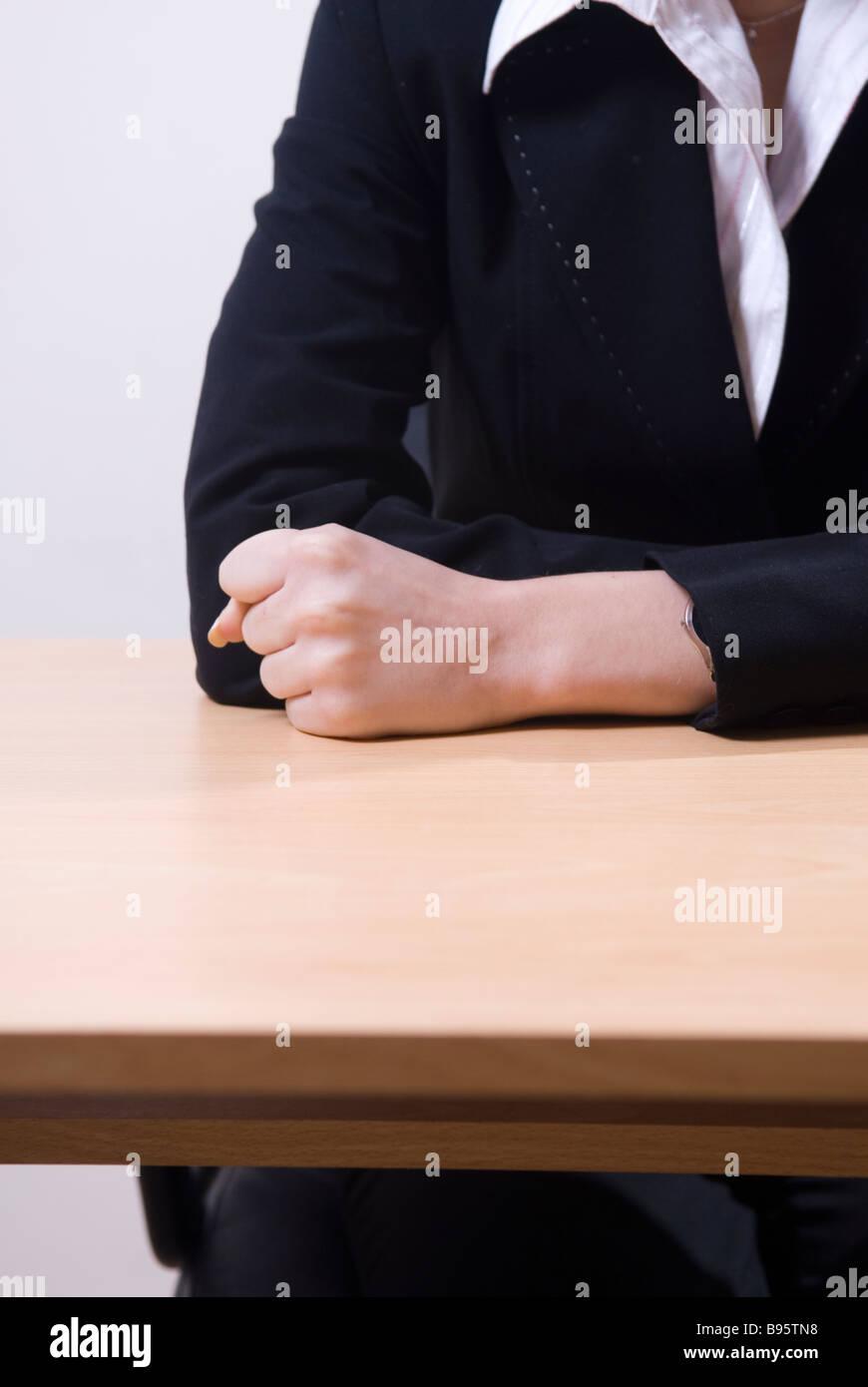 Business donna pugno sulla scrivania Immagini Stock