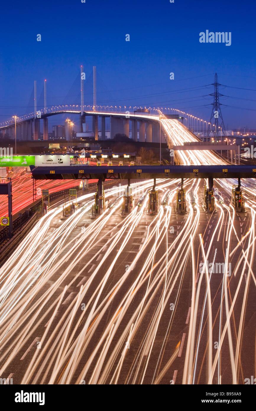 Il traffico che passa attraverso il casello di notte. Queen Elizabeth II Bridge e tunnel di Dartford, Kent, Regno Immagini Stock