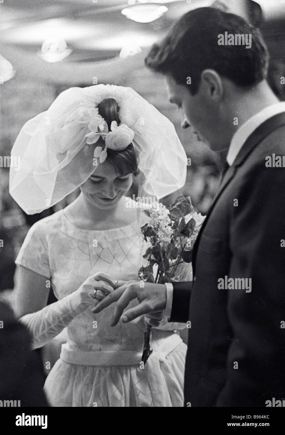 Novelli sposi scambiando i loro anelli Immagini Stock