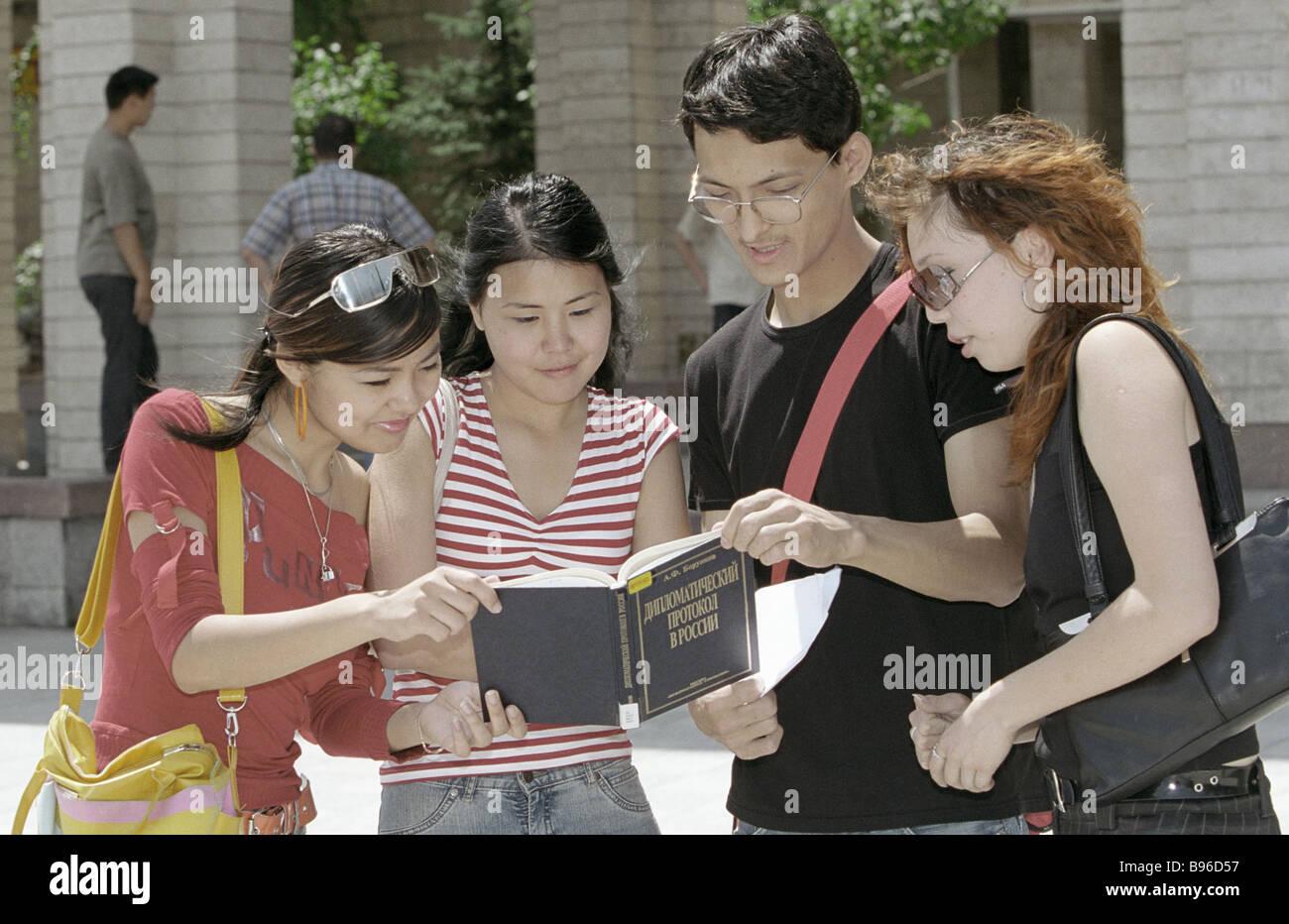 Gli studenti di relazioni internazionali Dipartimento di russo slava del Kirghizistan University Immagini Stock