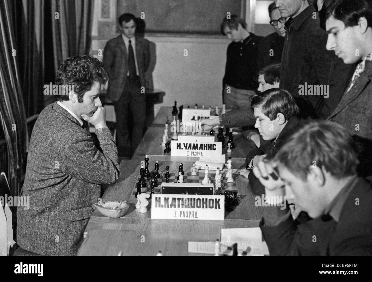 Il gran maestro Boris Spassky a giocare con i bambini a tutti i tornei Unione Riga Immagini Stock