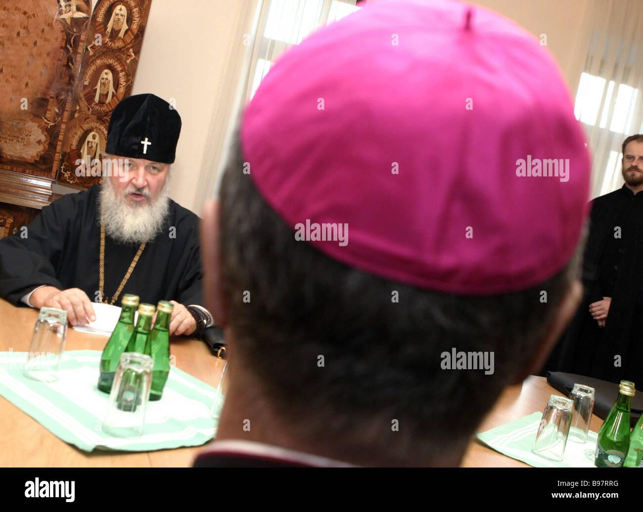 La Santa Sede il Segretario per i Rapporti con gli Stati, Arcivescovo Giovanni Lajolo e metropolita Kirill capo Immagini Stock