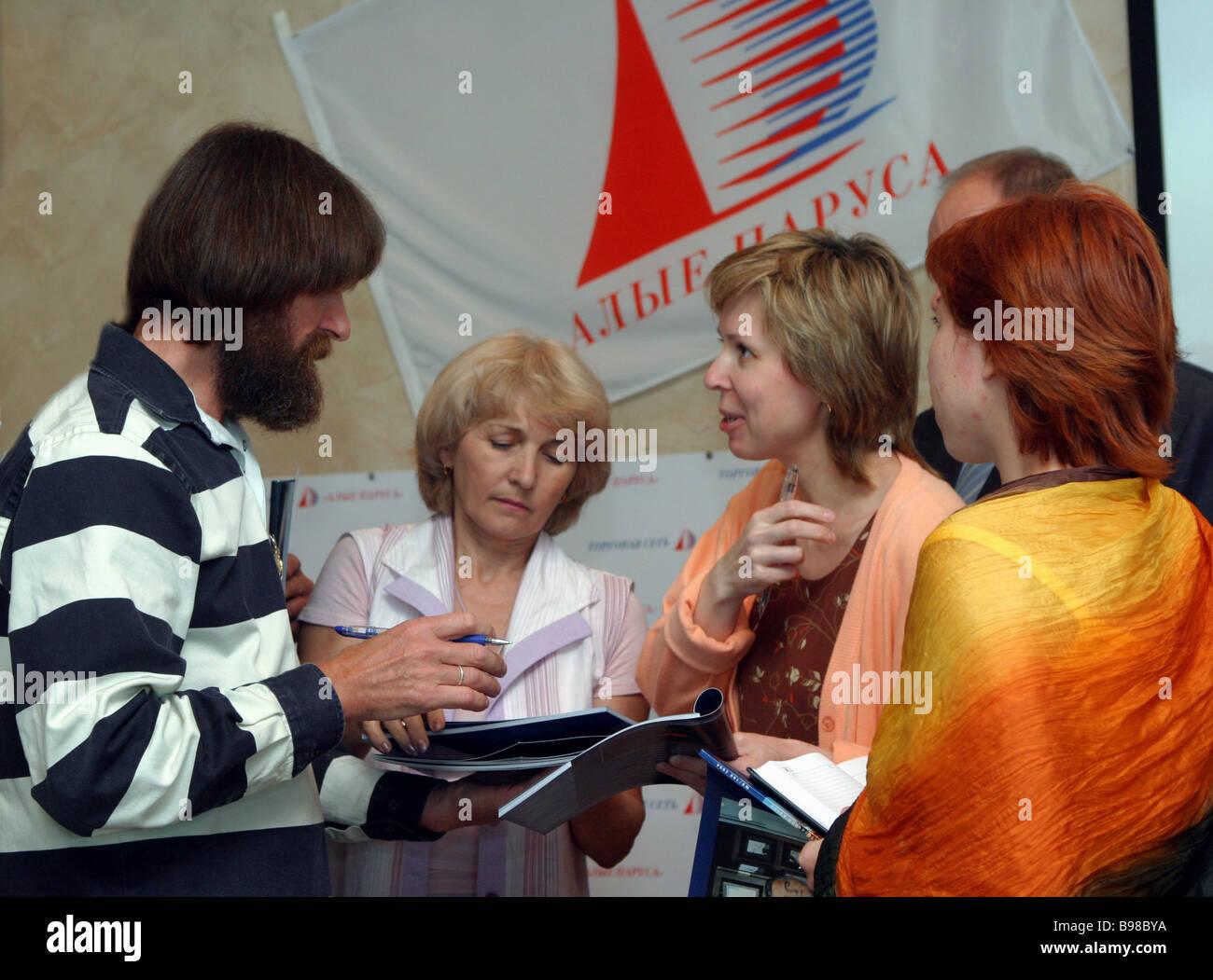 Viaggiatore russo Fedor Konyukhov sinistra ha tenuto una conferenza stampa a Mosca alla fine del suo periplo a bordo Immagini Stock