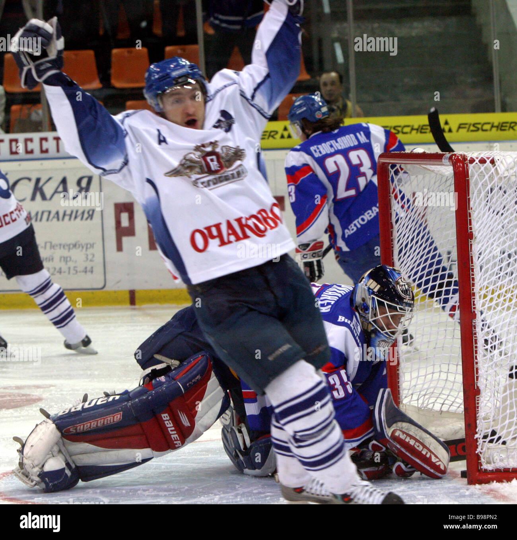 Dinamo Mosca e Lada Togliatti ha giocato una partita a Mosca durante la tappa finale del russo campionato di hockey Immagini Stock