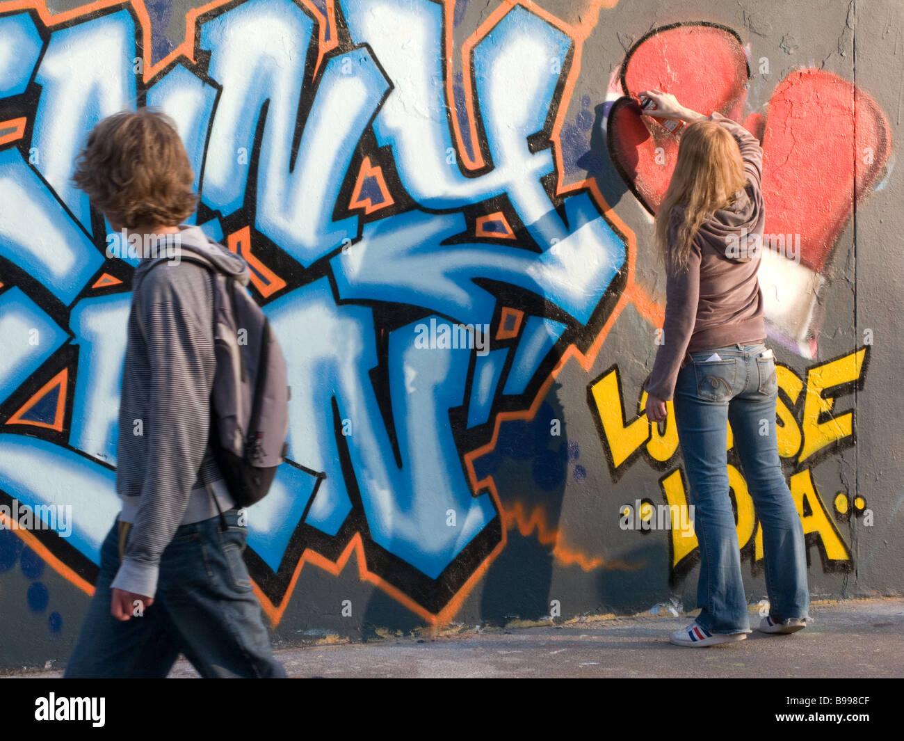 Femmina artista di graffiti e spettatore Immagini Stock