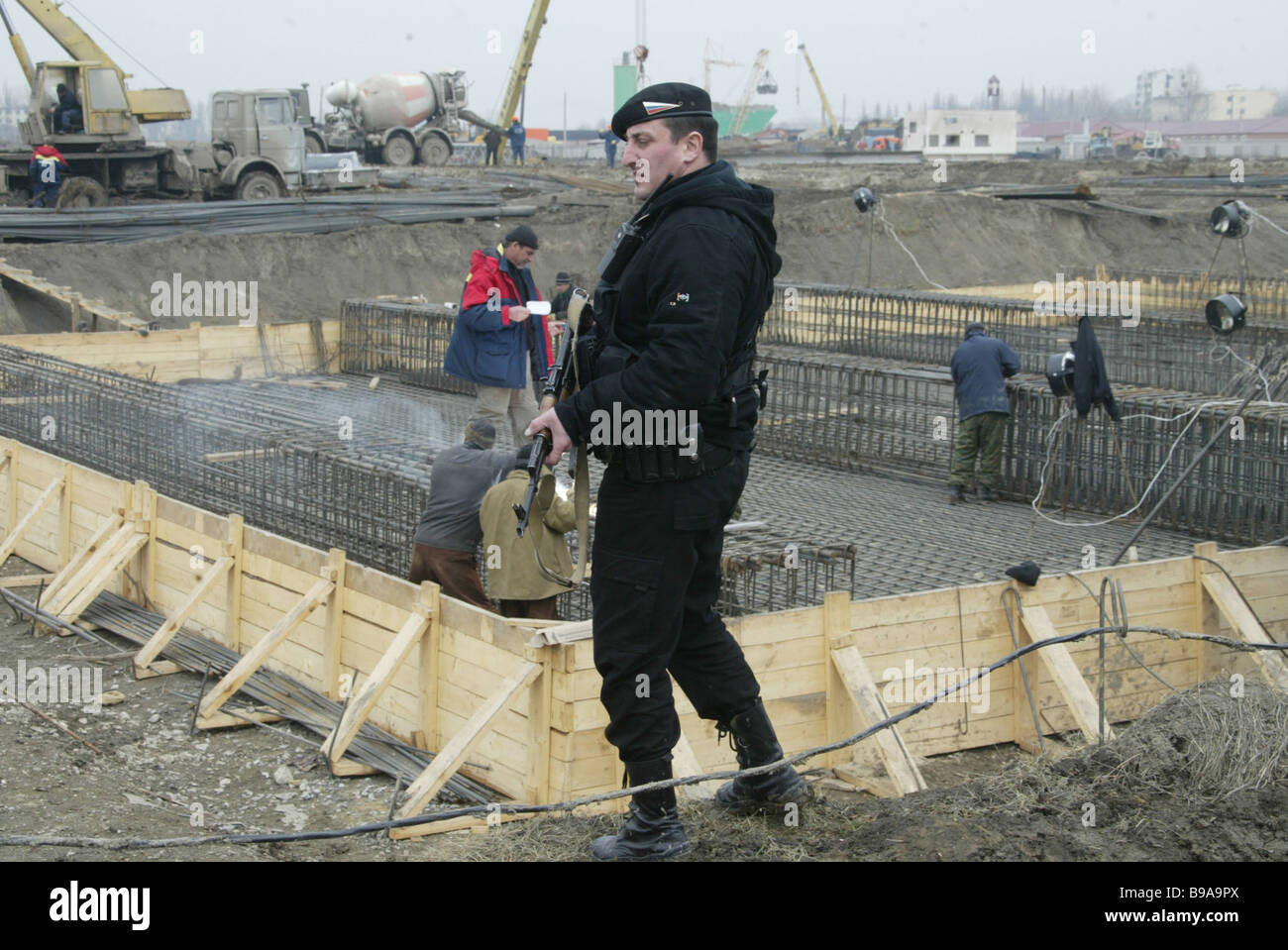 Larga scala la ricostruzione è in corso a Grozny Ulitsa Tukhachevskogo è stato quasi del tutto ricostruito Immagini Stock