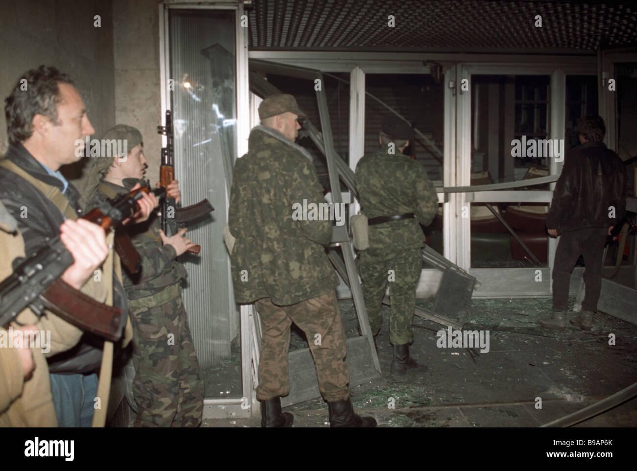 Estremi armati storm Kuskovo centro TV Immagini Stock