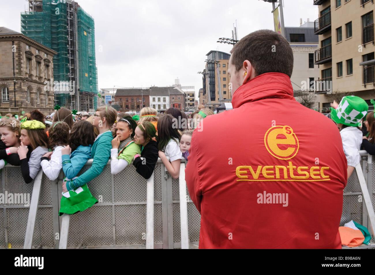 Sicurezza Eventsec impresa fornisce la salute, la sicurezza e la protezione della sicurezza in un concerto a Belfast, Immagini Stock