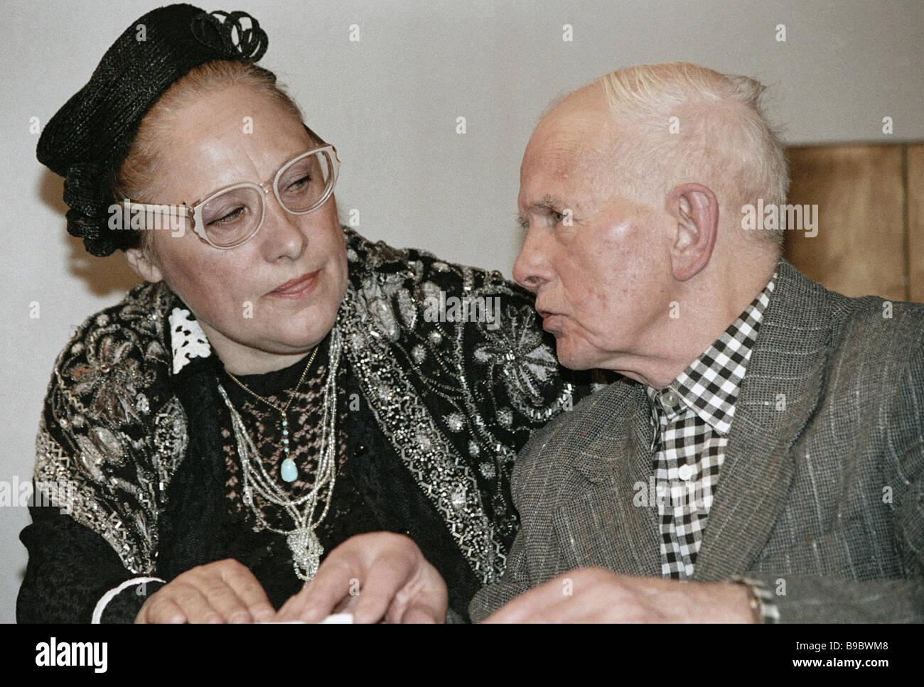 Nobiltà russa rappresentanti Vera Orlova sinistra e Sergei Rayevsky destra nella riunione del presidium della Immagini Stock