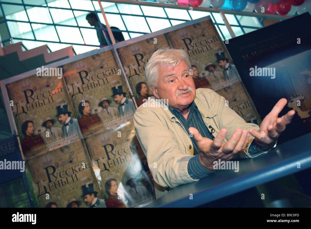 Regista cinematografica Igor Maslennikov con il poster del denaro russo il suo ultimo film Foto Stock