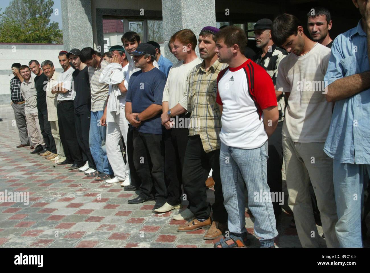 I membri di illegale formazioni armate ceduto in Gudermes sotto amnesty Immagini Stock