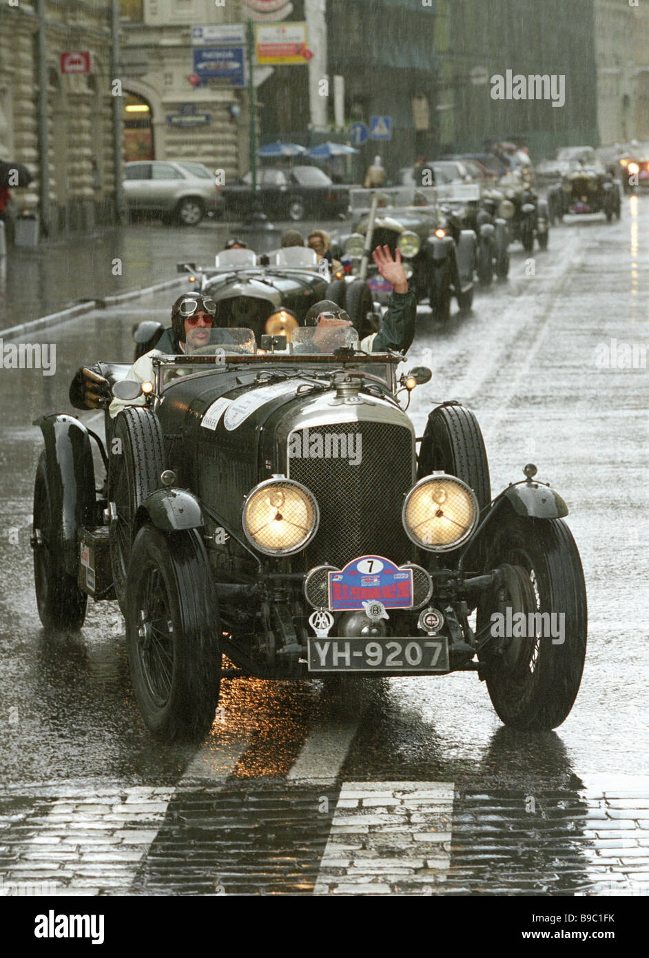 Colonna di automobili rare andando lungo le strade di Mosca durante il rally del motore verso il trecentesimo anniversario Immagini Stock