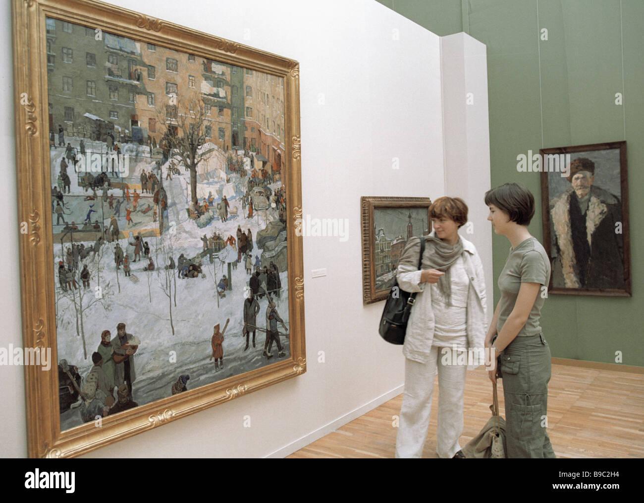 I visitatori dei modi di russo Mostra Impressionismo guardando dipinti nella sala espositiva Immagini Stock