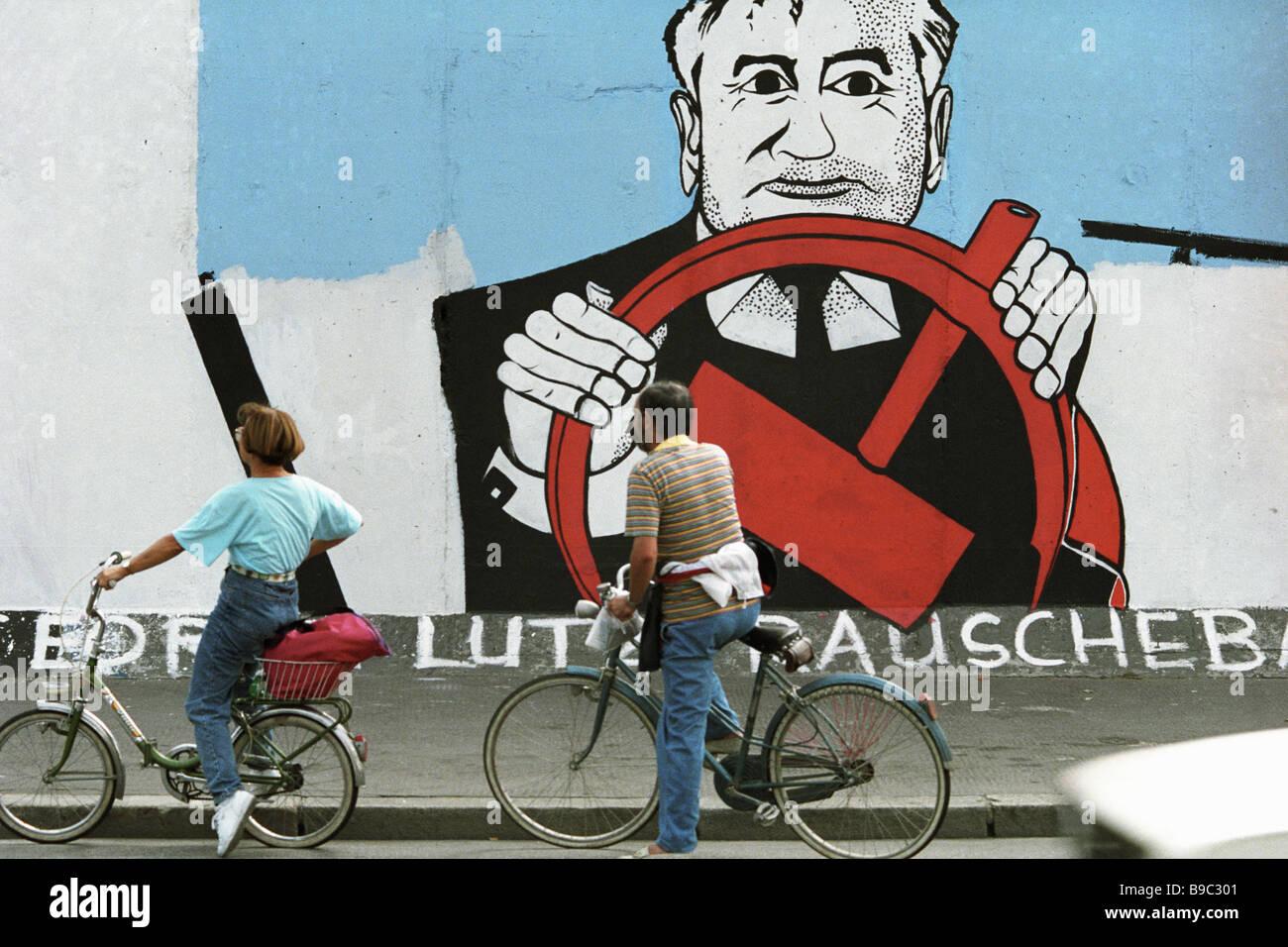 Alla fine del XX secolo di avvenimenti politici si riflette sulla restante parte del muro di Berlino Immagini Stock