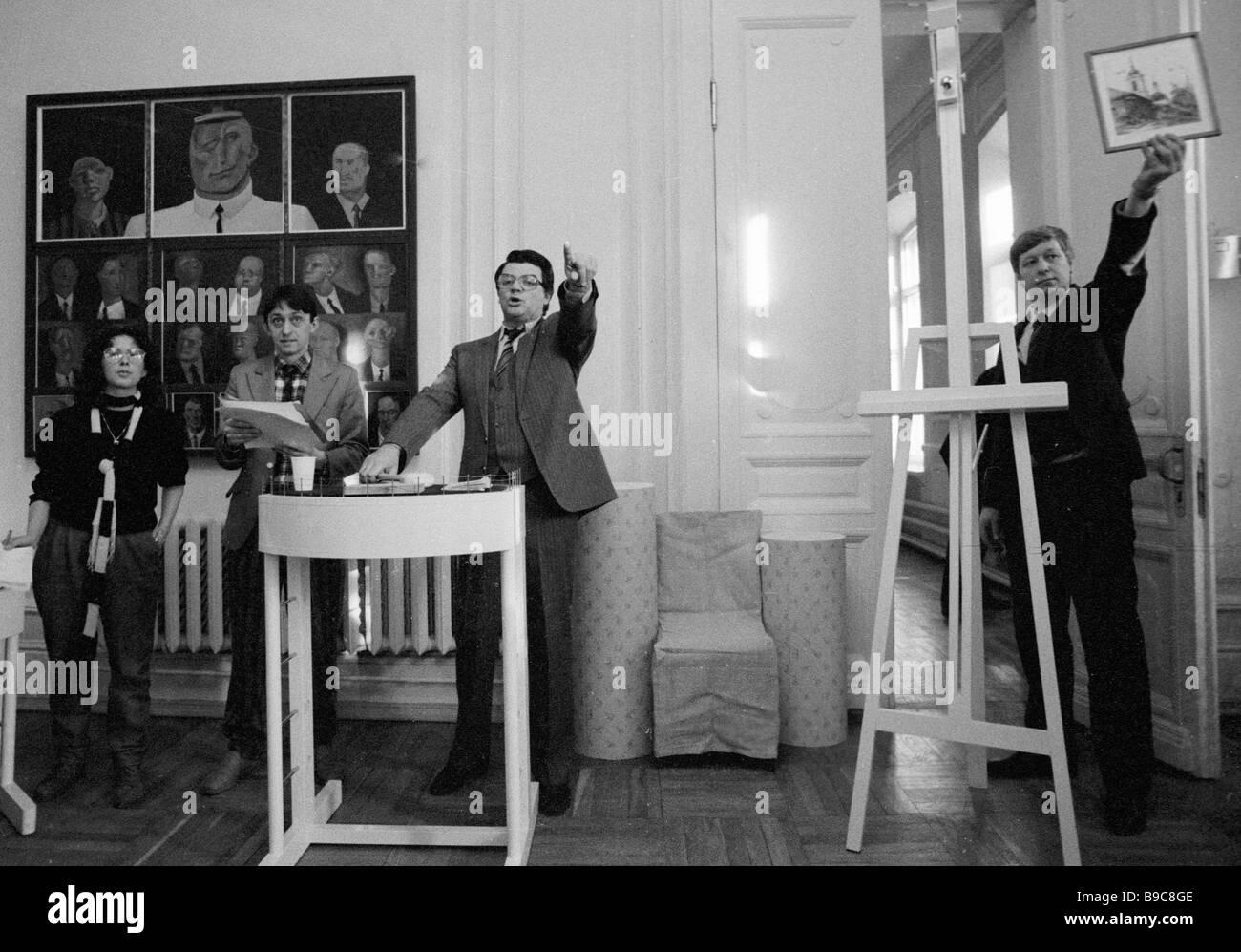 Onorevole artista del russo Alexander SFSR Shirvindt detiene i dipinti asta organizzata dalla cultura sovietica Immagini Stock