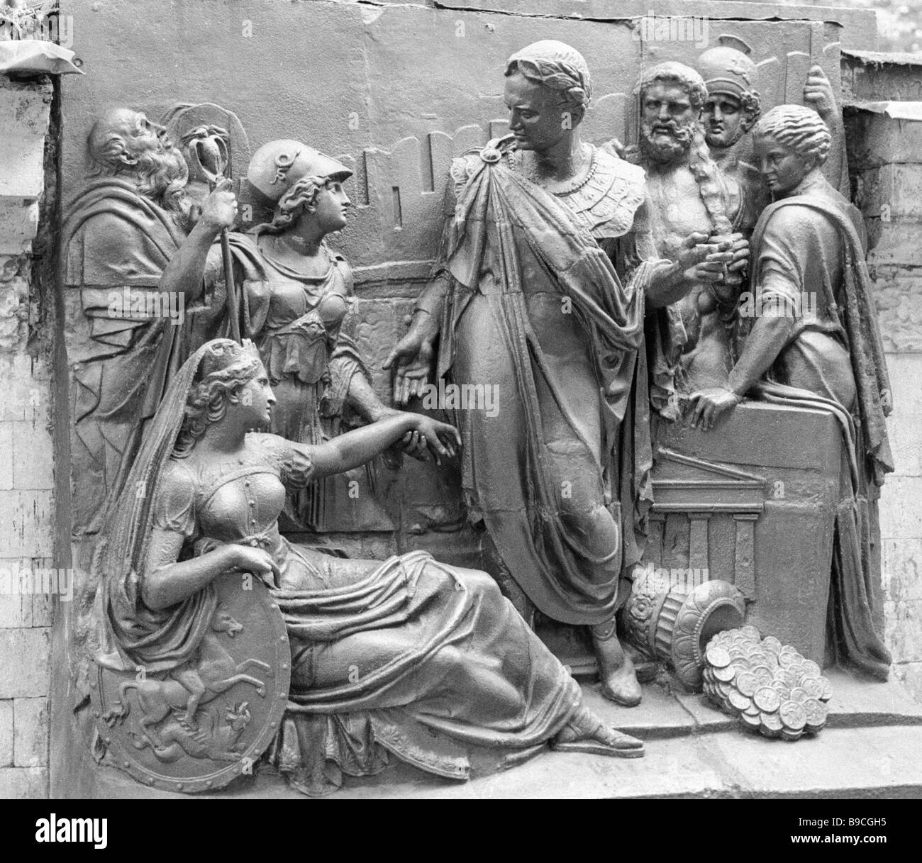 Dettagli scolpiti che ornavano l'Arco di Trionfo nel 1827 1936 sul display a Alexei Shchusev Museo di Architettura Immagini Stock