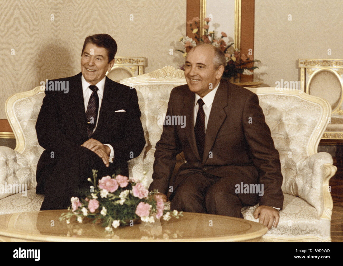 U S Presidente Ronald Reagan a destra e il segretario generale del Comitato centrale di CPSU Mikhail Gorbaciov a Immagini Stock