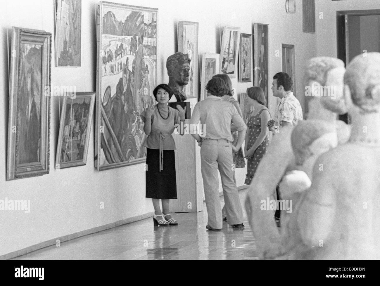 I visitatori facendo il Kazakistan Museo di Belle Arti di Alma Ata Immagini Stock