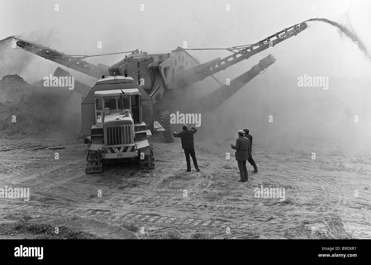 Benna di un escavatore a ruote con capacità di 700 cu m h la costruzione di un sistema di irrigazione Dzhizakskaya Immagini Stock