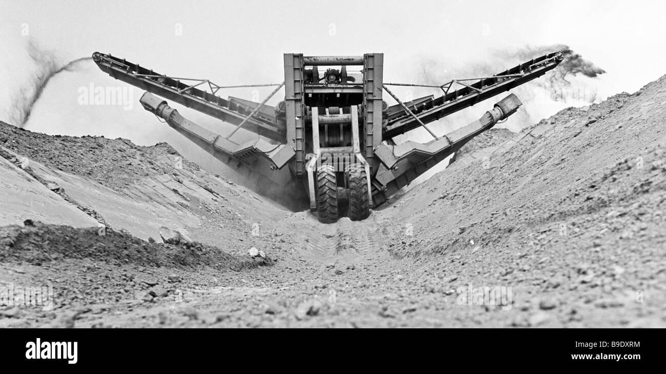 Benna di un escavatore a ruote con una capacità di 700 cu m h la costruzione di un sistema di irrigazione sulla Immagini Stock