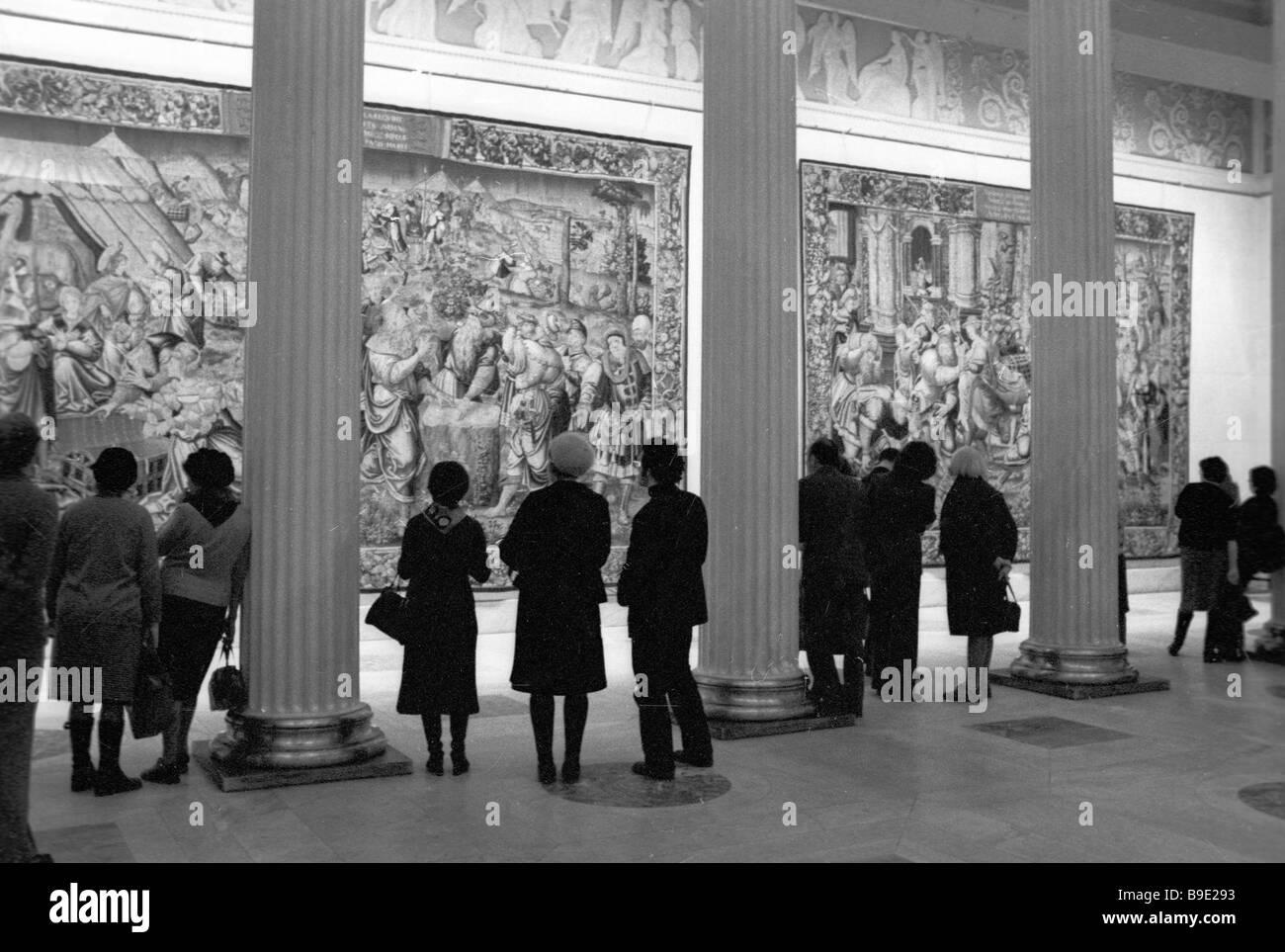 Osservando la esposizione del XVI secolo XVIII tappezzeria Fiamminga in Alexander Pushkin Museo delle Belle Arti Immagini Stock