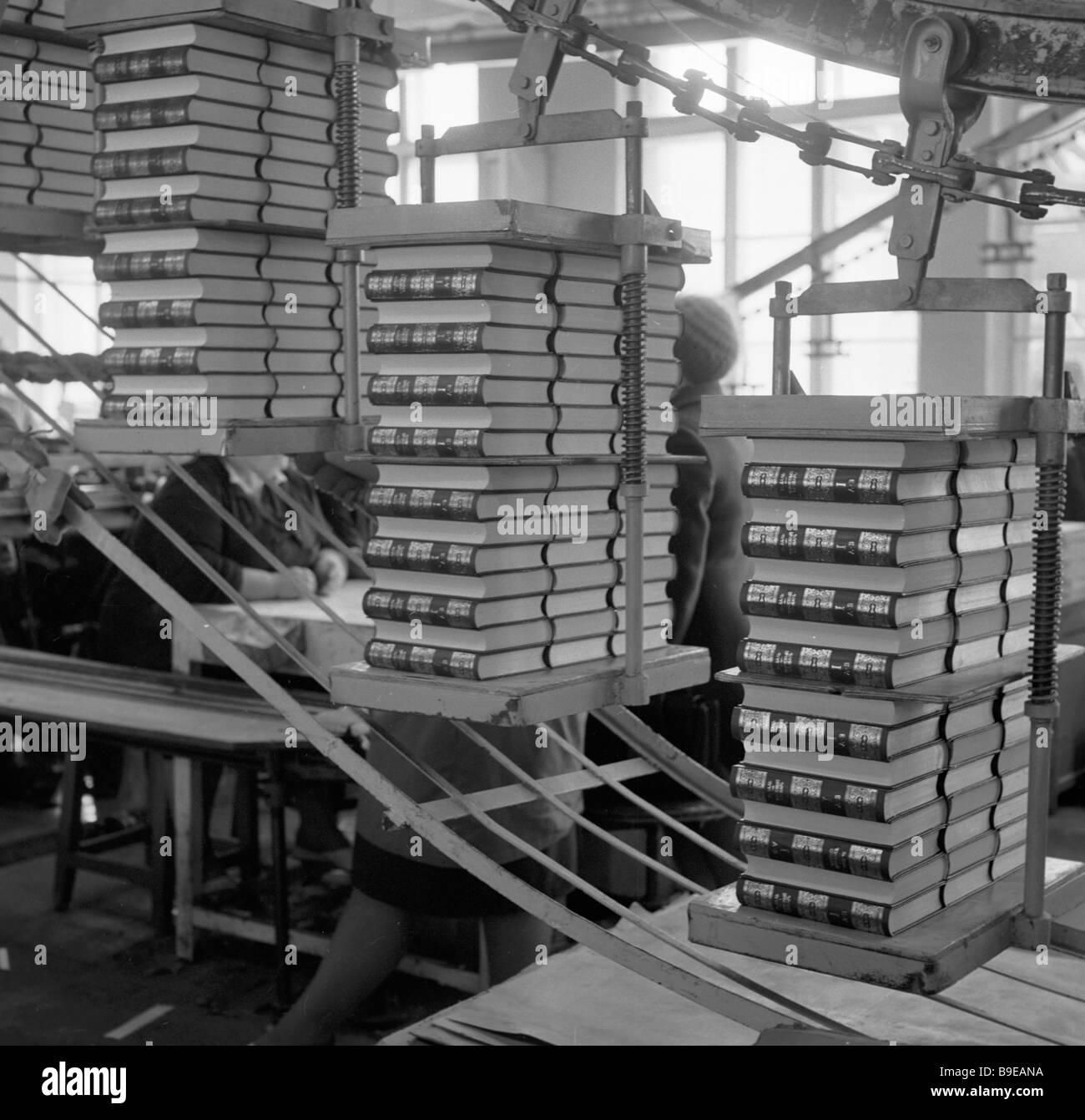 Primo volume della nuova edizione della lingua russa thesaurus presso il negozio di stampa Immagini Stock