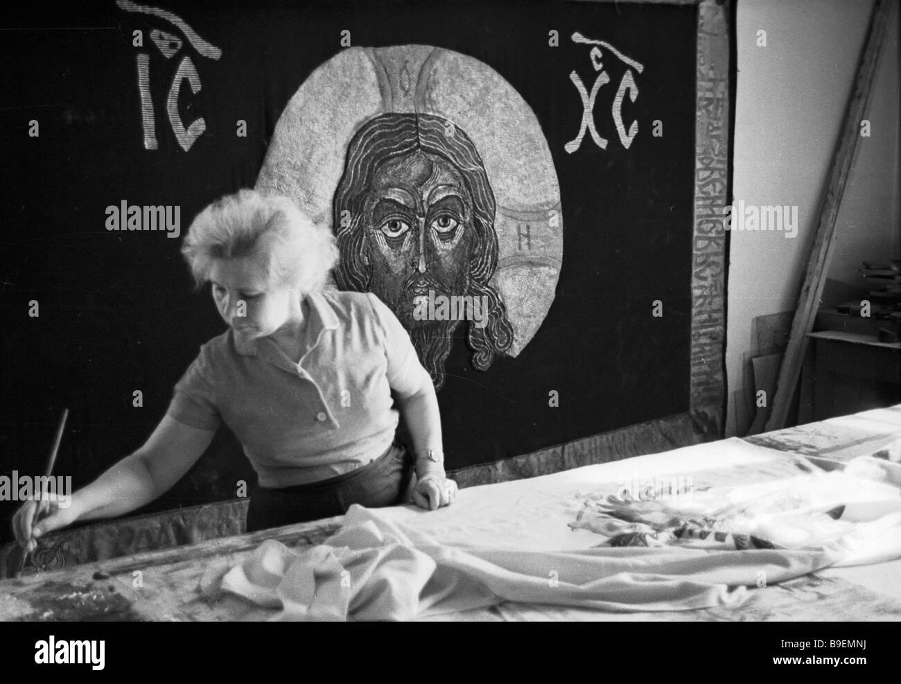 Artista per i tessili all opera al Mosfilm studio Immagini Stock