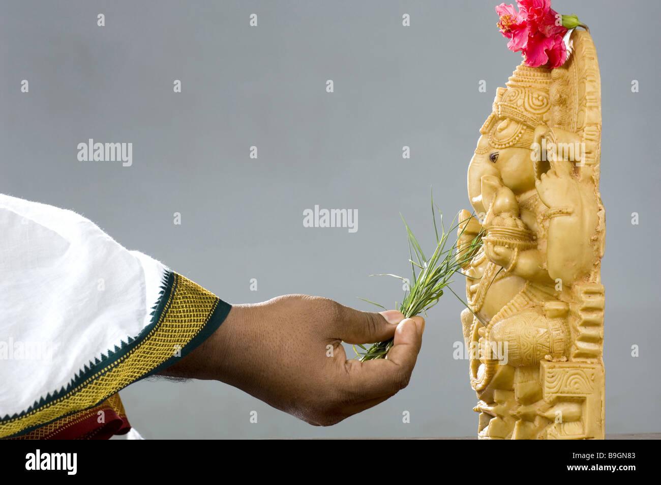 La Credenza In Dio : India statua ganesha mano sacrificio credenza erba religione