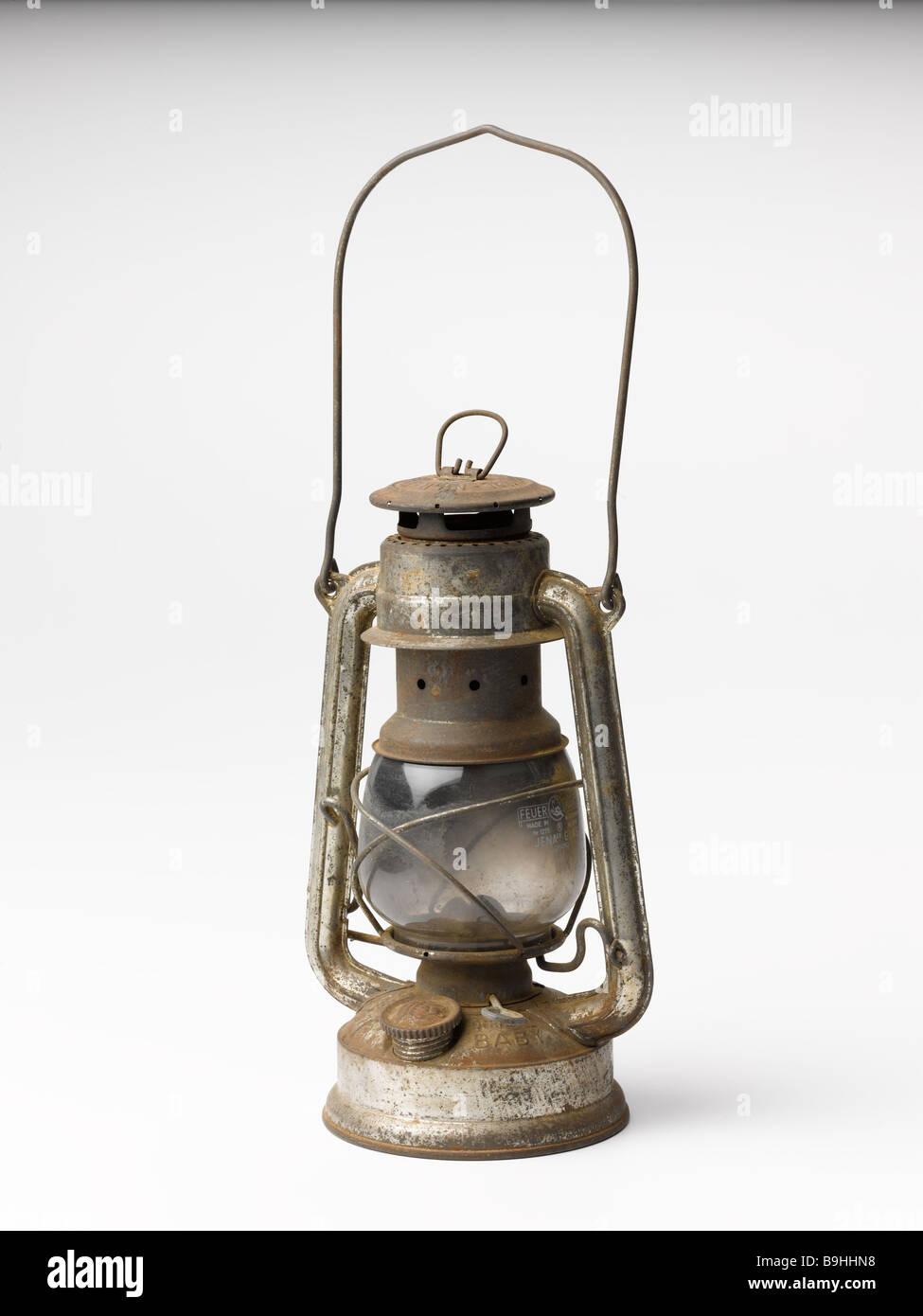Vecchio/olio/Lampada/olio lampada/ruggine.cut.out.uragano.tin. Immagini Stock