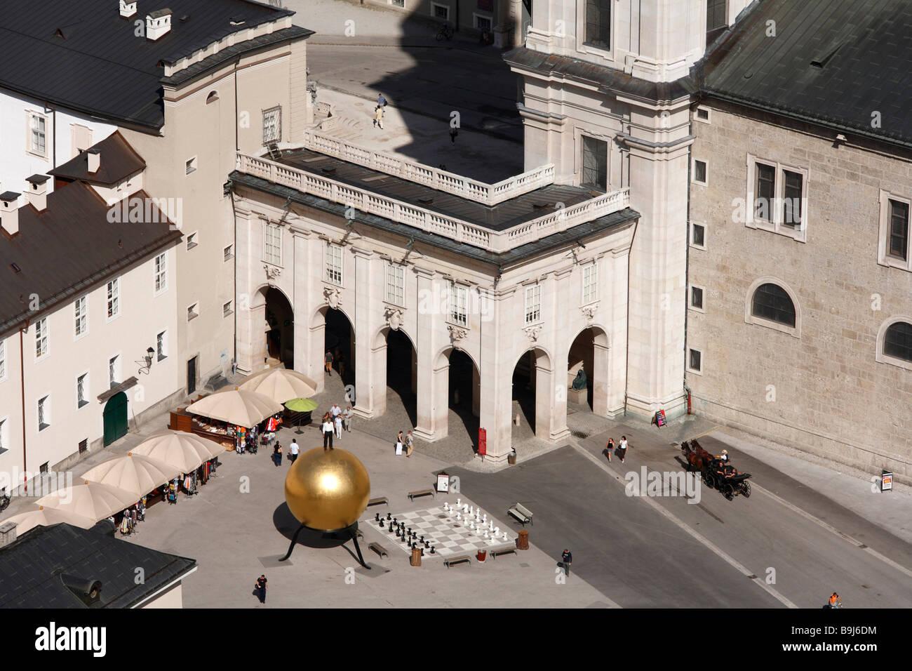 Kapitelplatz con l'oggetto d'arte 'phaera' da Stephan Balkenhol, Salisburgo, Austria, Europa Immagini Stock