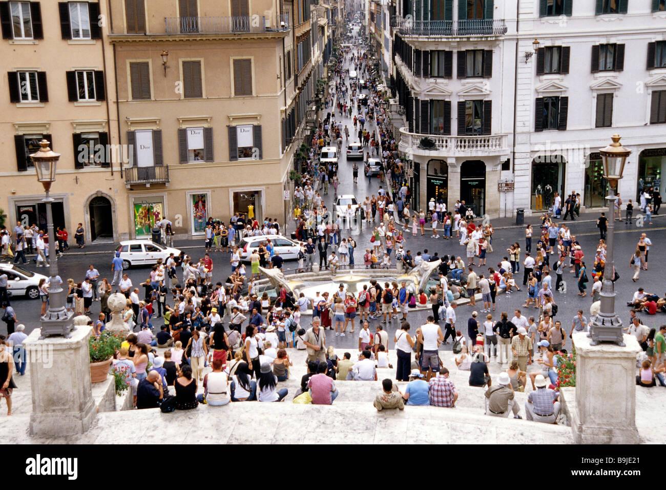 3aa86f9aec4 Persone che popolano Scalinata di Piazza di Spagna e la scalinata della  Trinita dei Monti, vista dall'alto di Via dei Condotti,