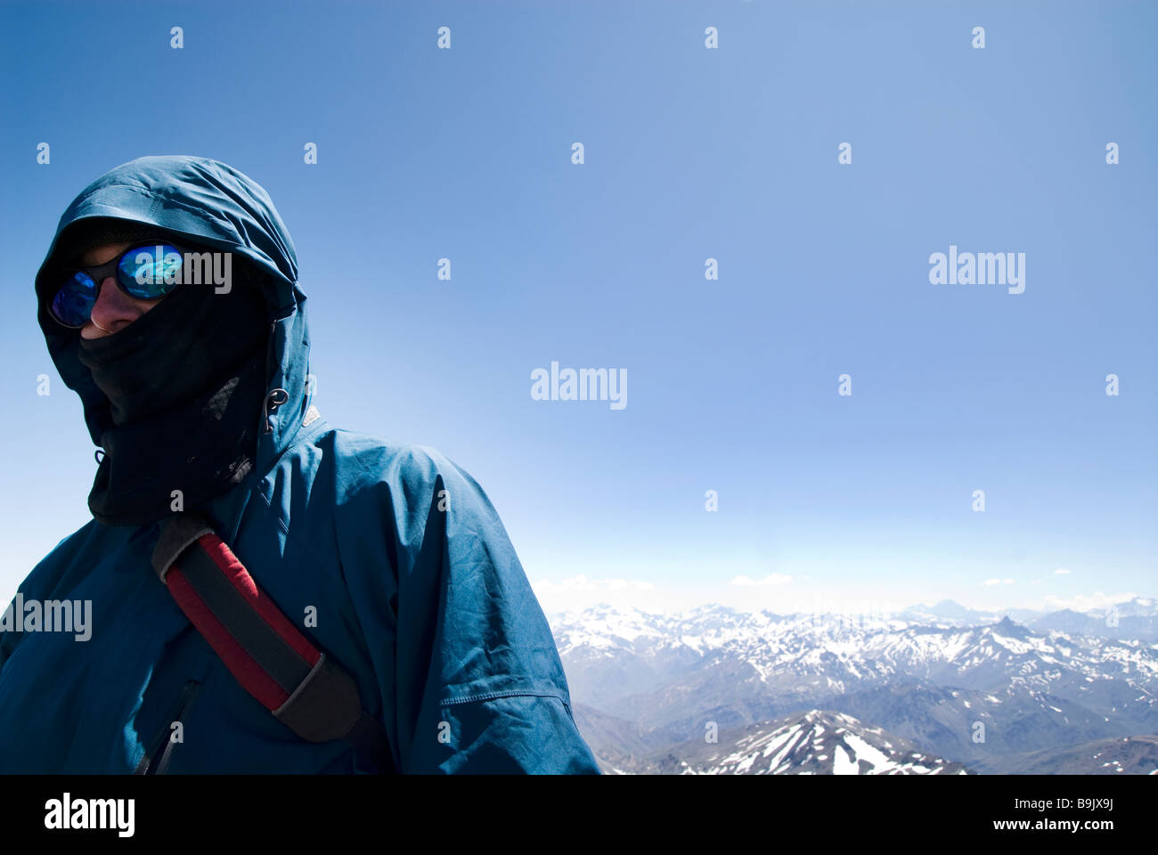 Un scalatore sorge sulla sommità di un picco nella catena delle Ande. Immagini Stock
