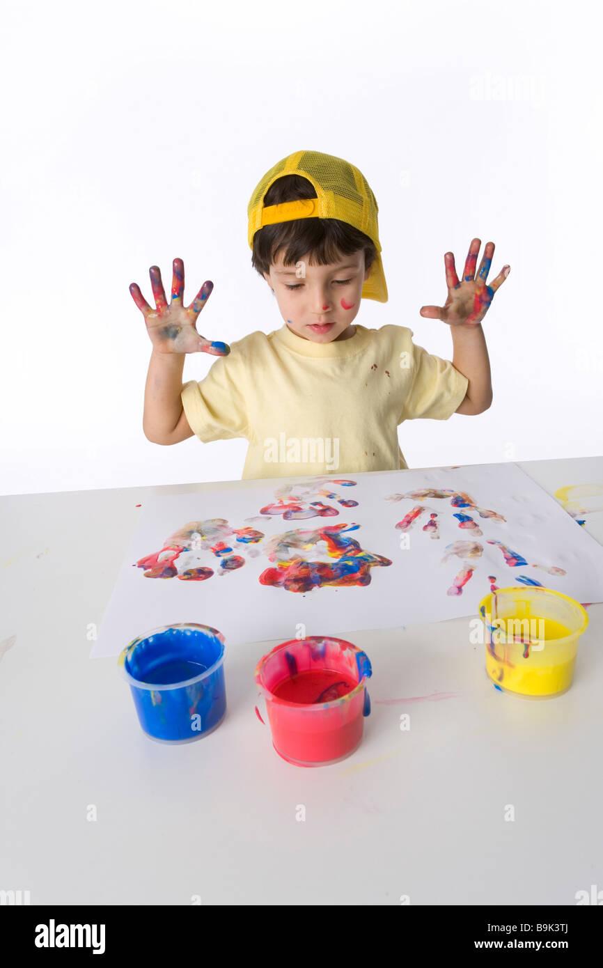 Little Boy sta compiendo un dito pittura Immagini Stock