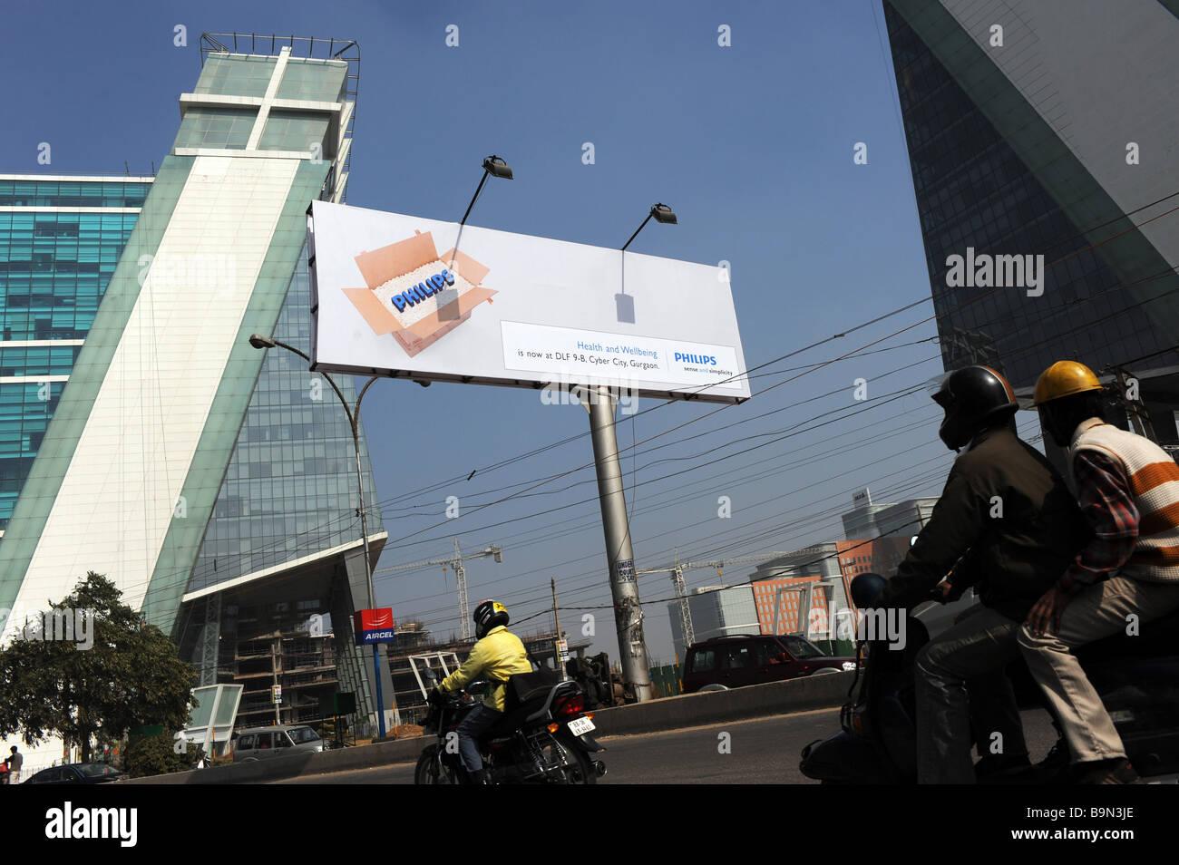 Gli automobilisti a Gurgaon quartiere degli affari di Stato di Haryana, India Immagini Stock