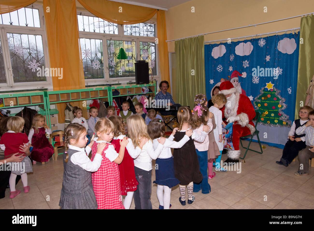 Regali Di Natale Per Bambini Asilo.Babbo Natale Dando I Regali Di Natale Per I Bambini Nella Scuola