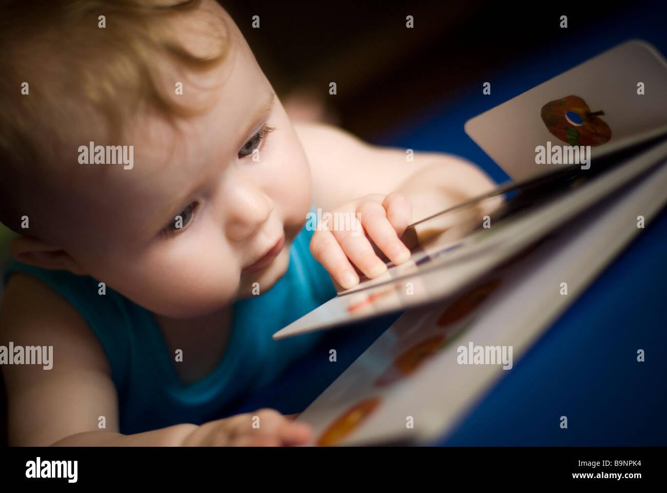 Baby libro di lettura Immagini Stock